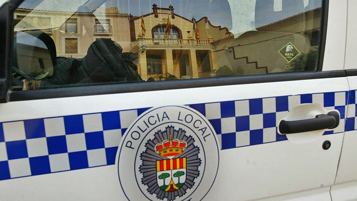 Un vehículo de la Policía Local de Busot frente a la Casa Consistorial, en imagen de archivo.