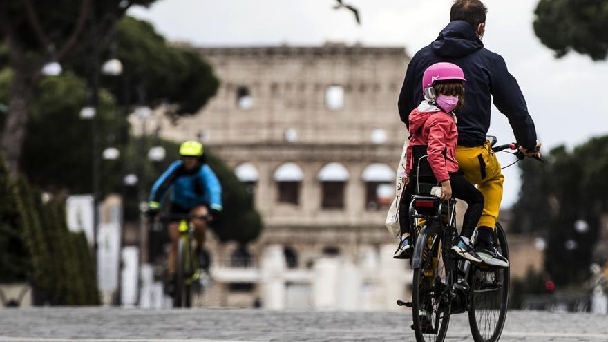 """Italia abre los colegios para alumnos de hasta 12 años también en """"zona roja"""""""