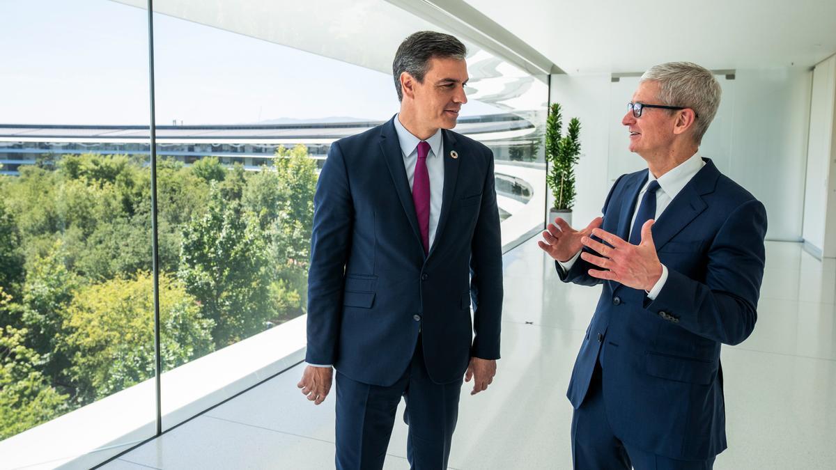 Sánchez, con el director ejecutivo de Apple, Tim Cook.