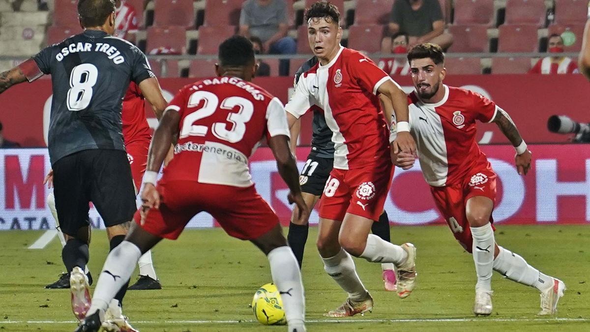 Arnau intenta sortir amb la pilota en una jugada de la final contra el Rayo Vallecano.  | GIRONA FC