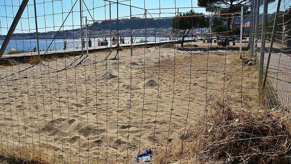 Pista de voley playa de Rodeira, con algunas de las piedras retiradas a la derecha.