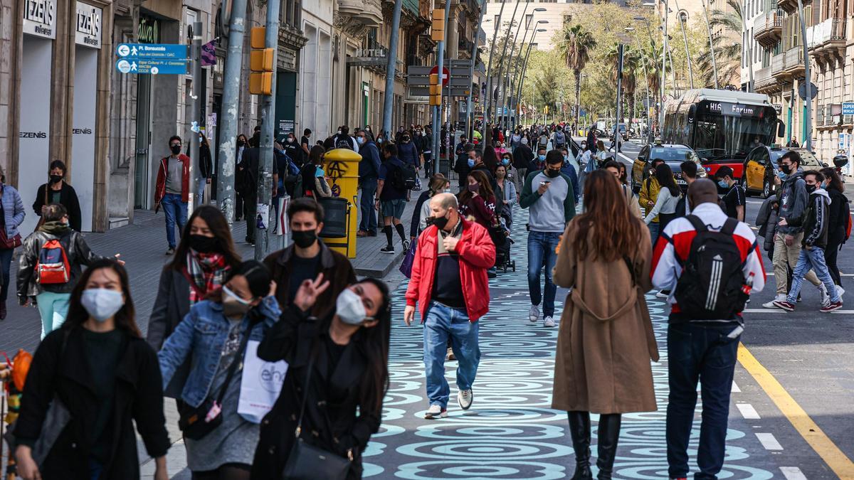 Varias personas pasean en Barcelona.