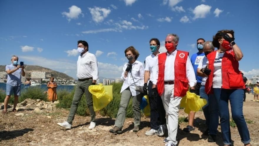 La Reina Sofía acude a la limpieza de basura en una playa de Alicante
