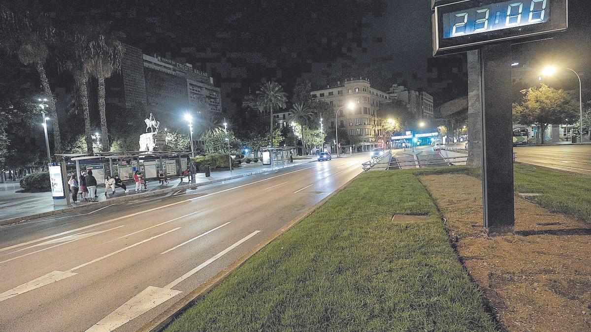 La plaza de España de Palma, ayer al inicio del cierre nocturno con algunos ciudadanos esperando el bus.