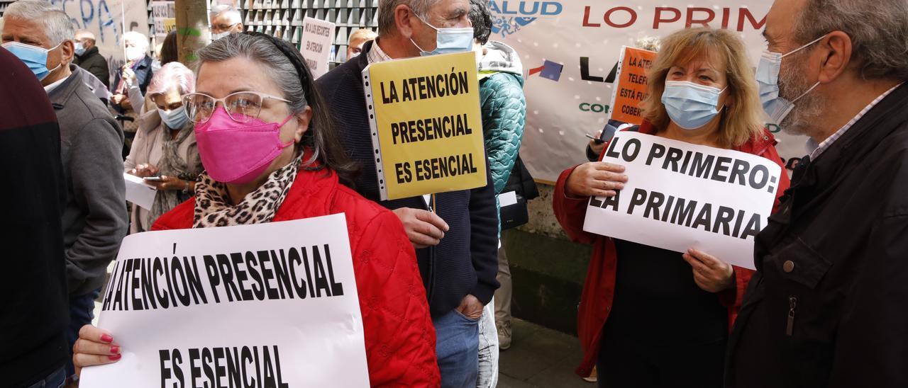 Protesta frente al centro de salud Severo Ochoa de Gijón.