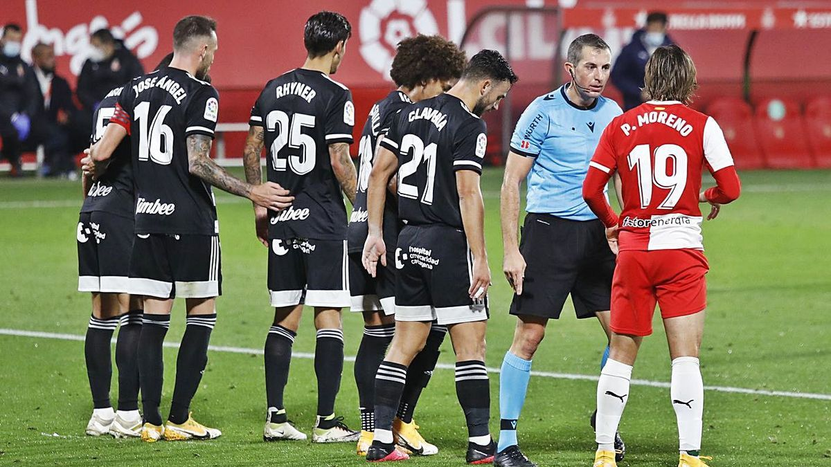 Iglesias Villanueva enraona amb Pablo Moreno durant el partit contra el Cartagena (2-1)