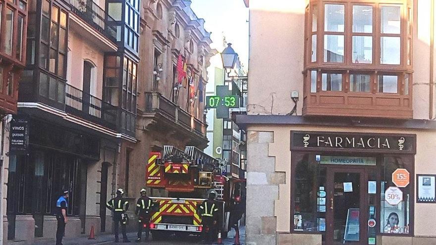 Desprendimientos en la calle Ramos Carrión obligan a intervenir a los bomberos de Zamora