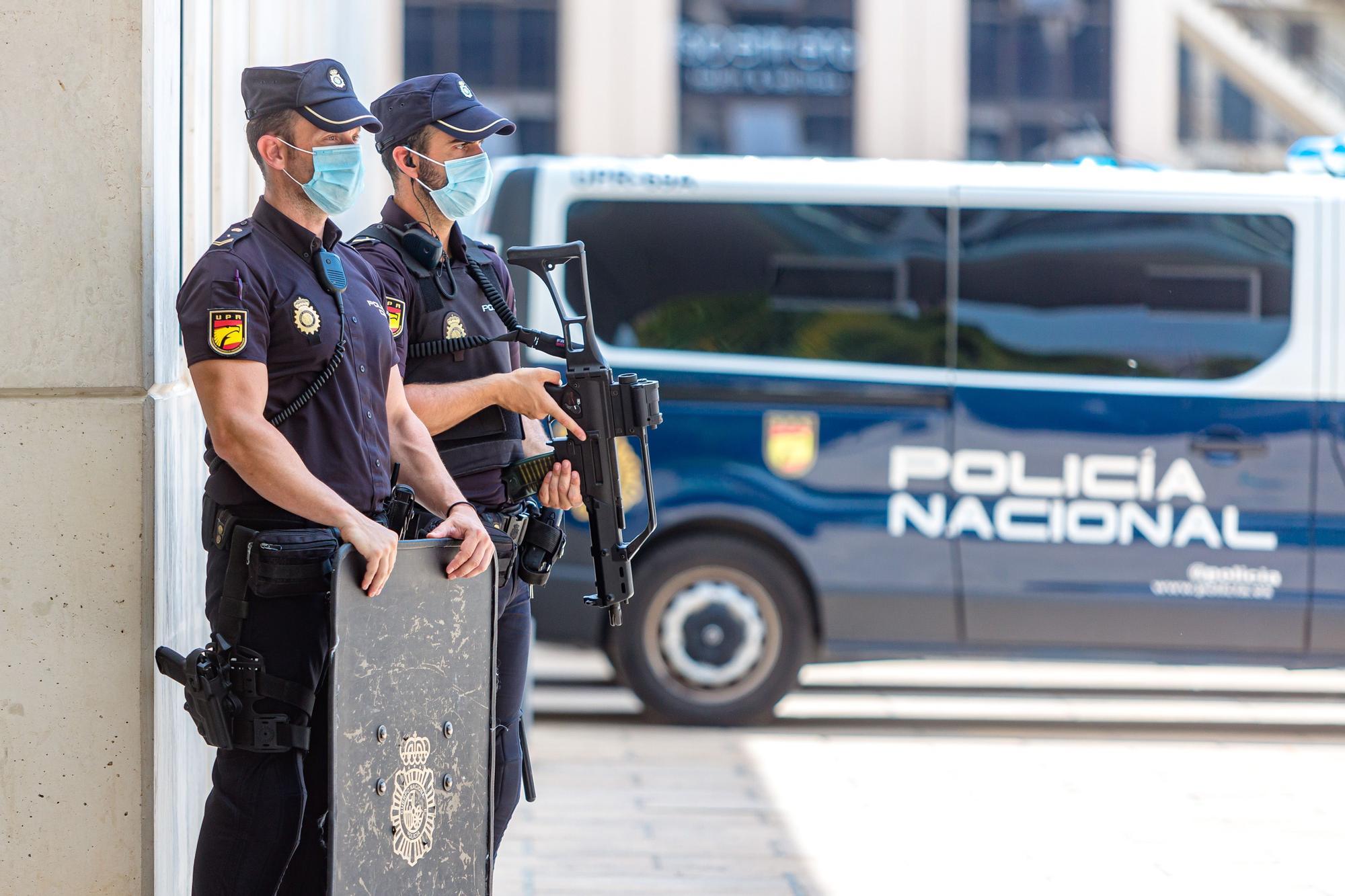 """Toni Pérez destaca """"el claro compromiso de hacer más segura y plena"""" la vida de residentes y turistas por parte de la Policía Nacional"""