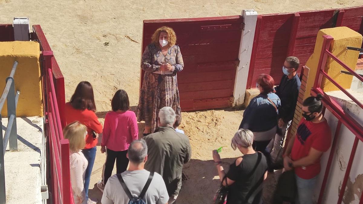 Una de las visitas a la plaza de toros de Teruel, este verano.