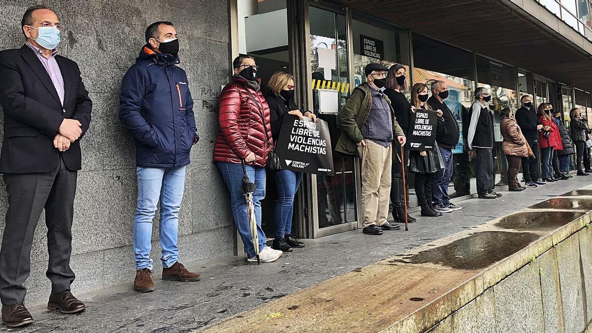 Representantes políticos y  sociales guardaron un minuto  de silencio en Cangas.     // S.Á.
