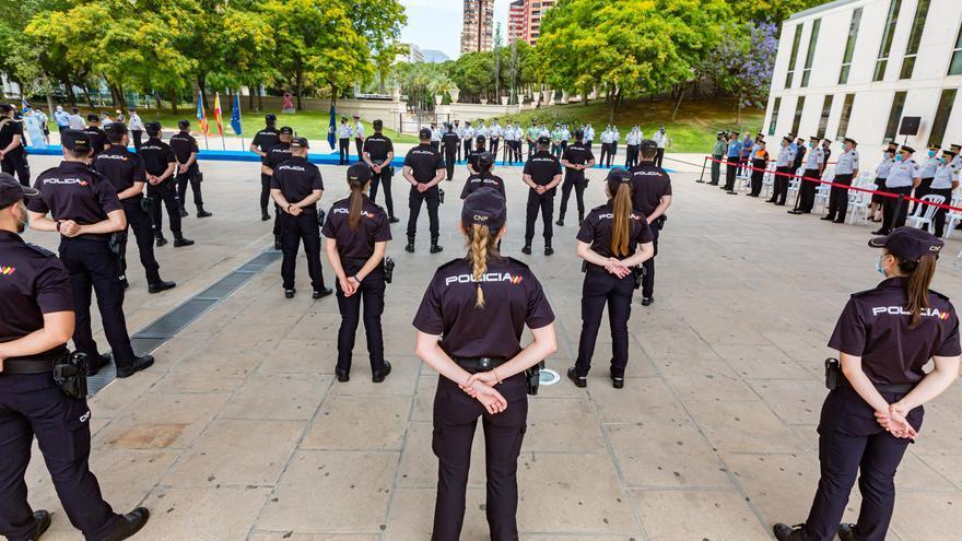 La Comisaría de Policía de Benidorm recibe el Bastón de Mando y Guión