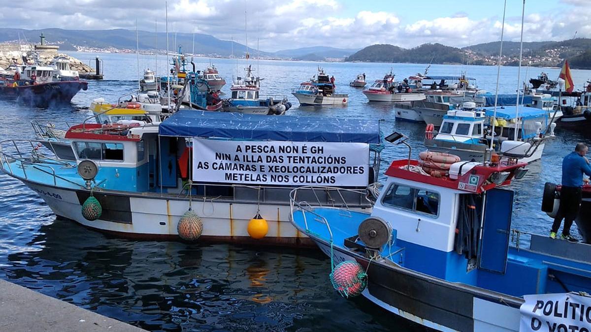Un aspecto de la movilización de la flota artesanal, ayer, en la ría de Pontevedra - Santos Álvarez (3).jpg