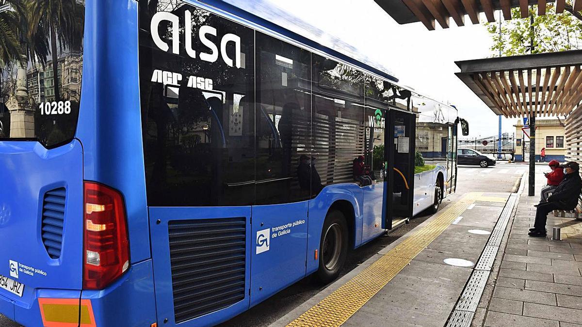 Cambre afirma que la compañía promete hacer accesibles sus buses   UN VEHÍCULO DE ASICASA, EN LA PARADA DE ENTREJARDINES DE A CORUÑA.  // VÍCTOR ECHAVE