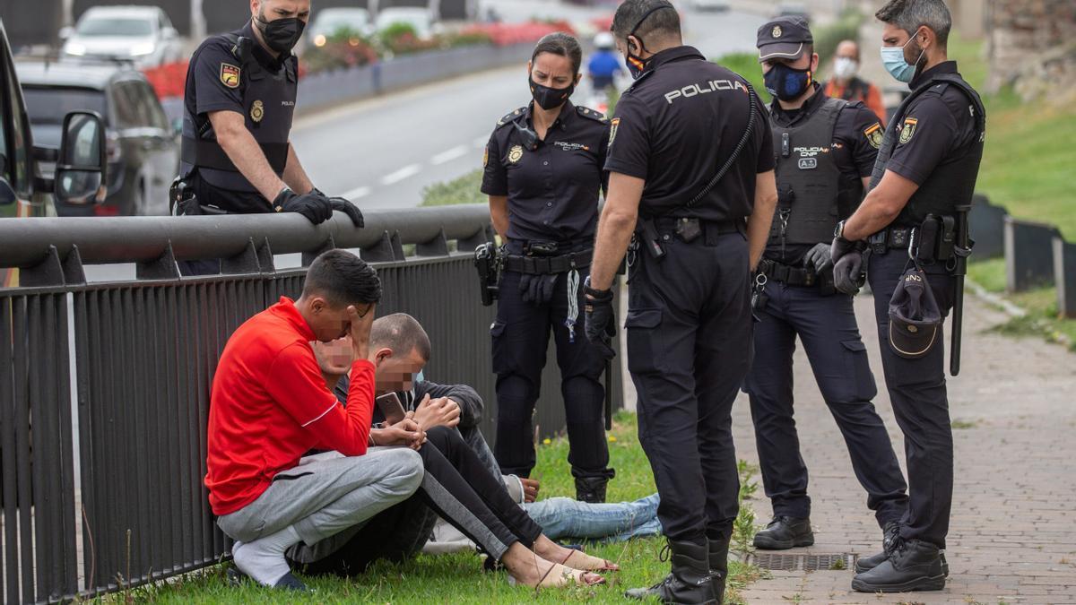 La Policía rodea a un grupo de migrantes tras interceptarlos en las calles de Ceuta.
