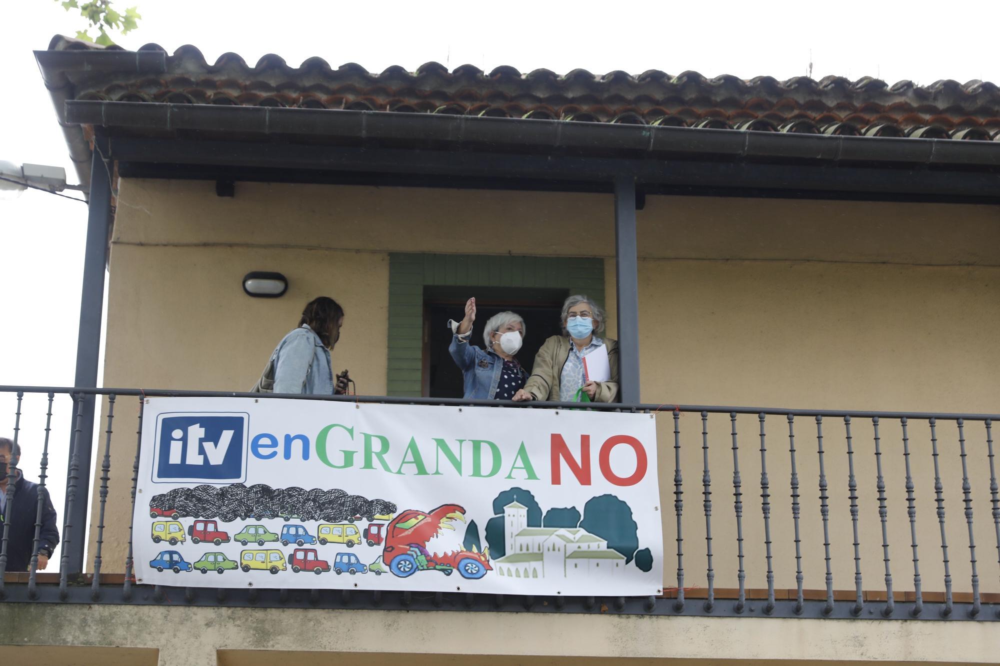 La Alcaldesa visita a los vecinos de Granda, contrarios a la ITV