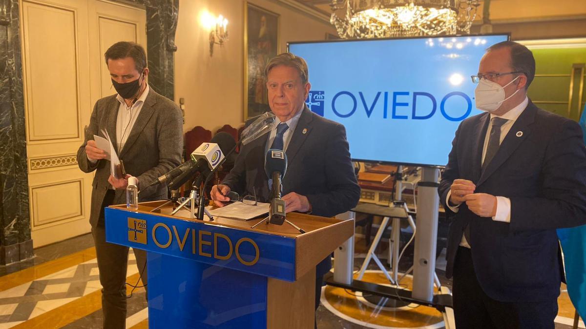 Canteli, flanqueado por Javier Cuesta y Mario Arias, en la rueda de prensa sobre las inversiones regionales en Oviedo.