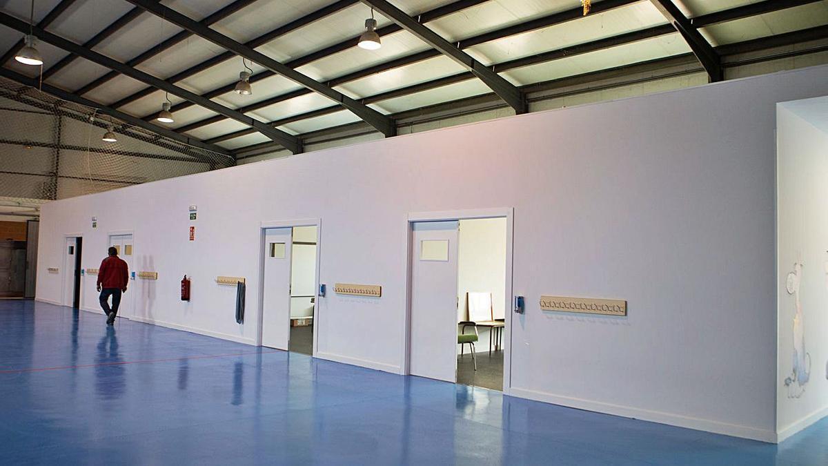 Entrada de las cuatro aulas construidas en el pabellón multiusos de Valcabado. | Ana Burrieza