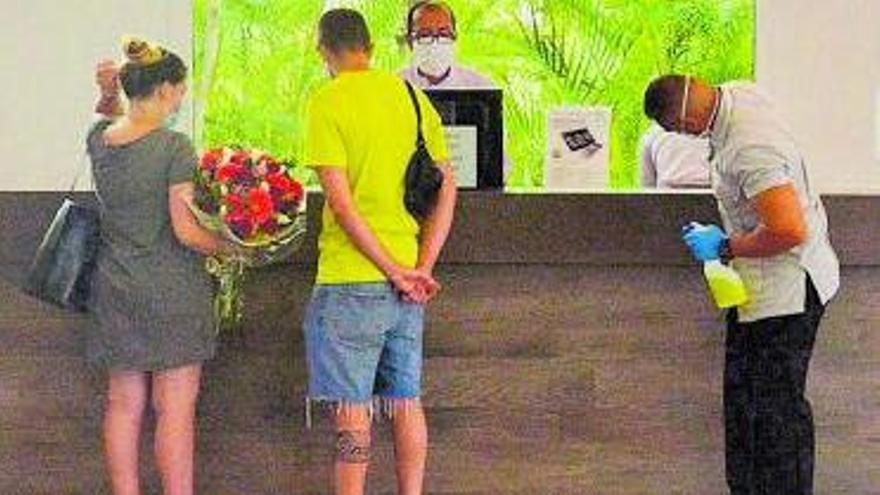 'Checking' en un hotel de las Islas. | | E.D.