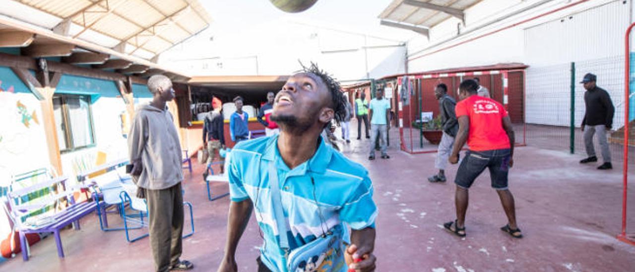 Camara Moussa controlando el balón con la cabeza, ayer.