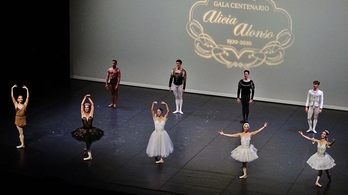L'homenatge a la mítica ballarina cubana, en un escenari buit, va tancar al Kursaal la gira que els ha portat per l'estat espanyol | ARXIU PARTICULAR