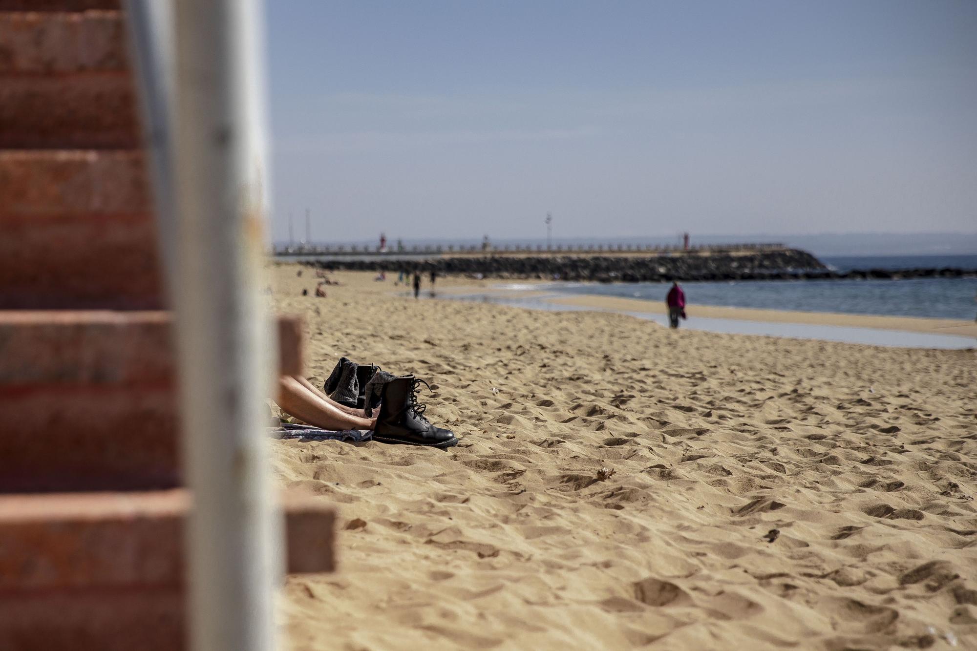 Los palmesanos aprovechan el buen tiempo para disfrutar de la playa