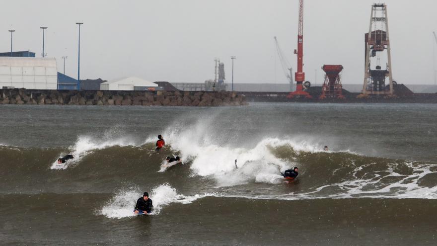 El temporal se surfea en Poniente