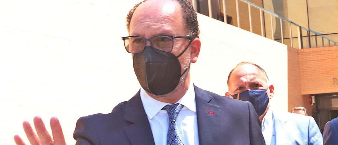 Emilio Bascuñana a la salida de los juzgados el día que declaró por estos hechos.  | TONY SEVILLA