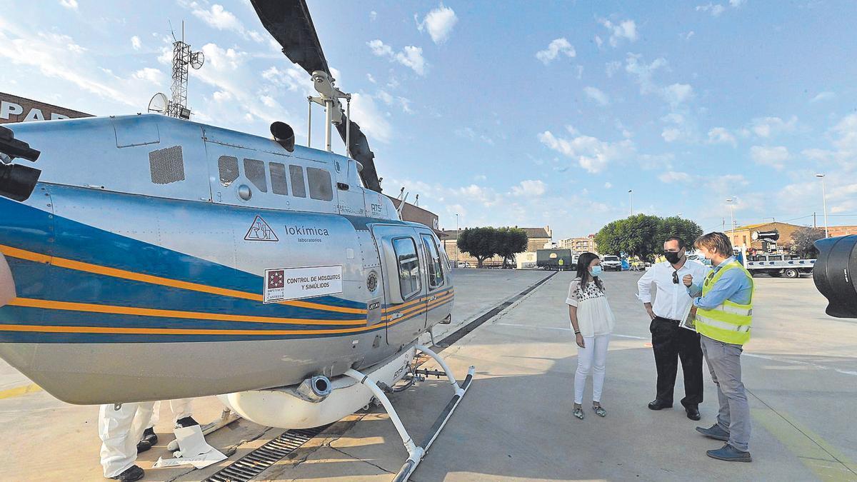 El helicóptero contra mosquitos, ayer en el parque de bomberos de Nules.
