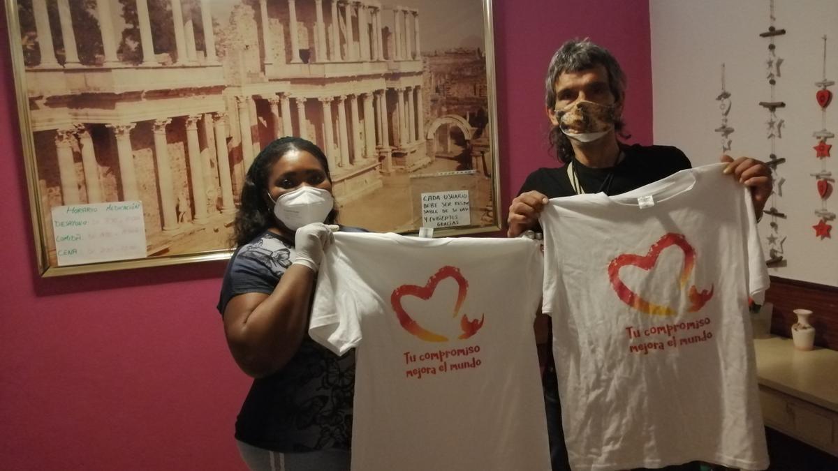 La voluntaria Nancy junto al residente del centro Manuel Culebra.