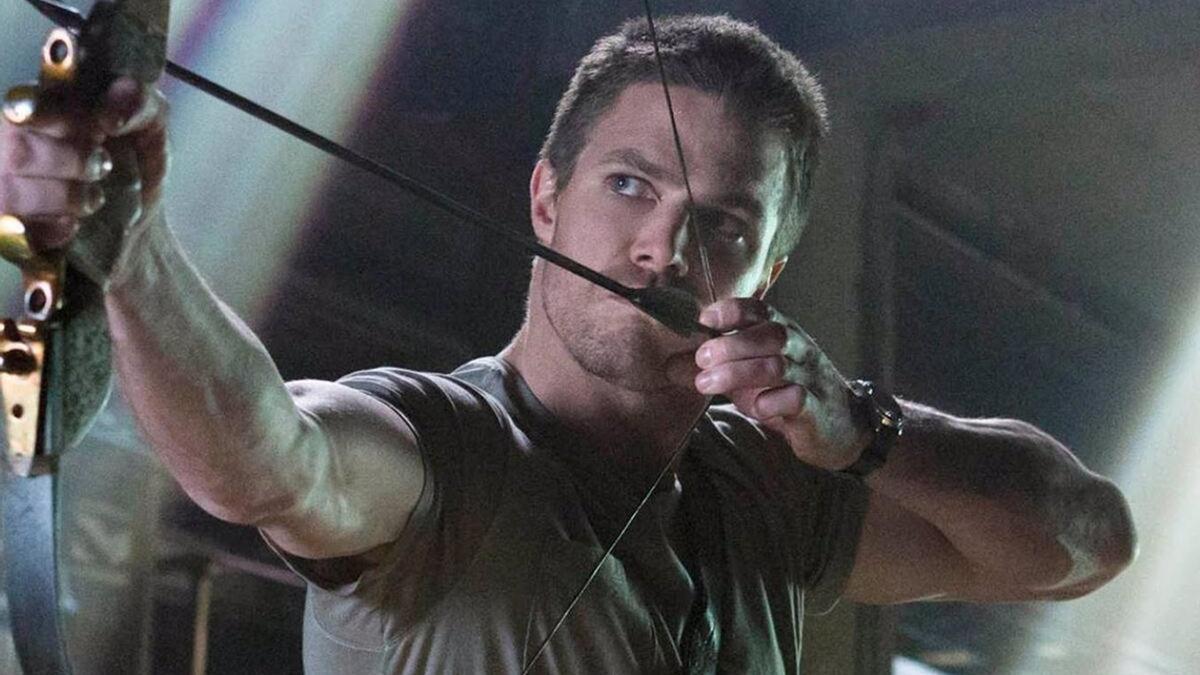 Stephen Amell como Arrow.