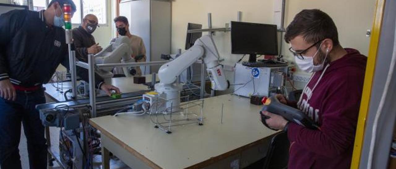 Alumnado del IES Cavanilles, ayer, en el taller de Robótica, con el profesor Roberto Álvarez.