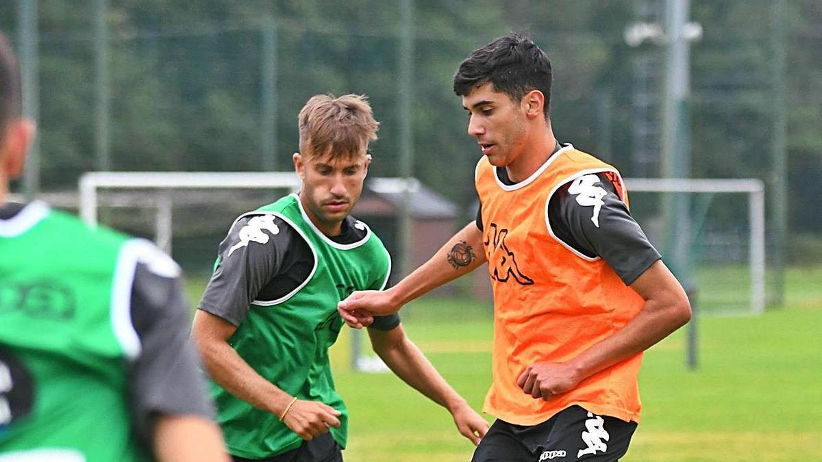 Diego Villares, junto a Yago Gandoy, en un entrenamiento en Abegondo.    // ARCAY / ROLLER AGENCIA