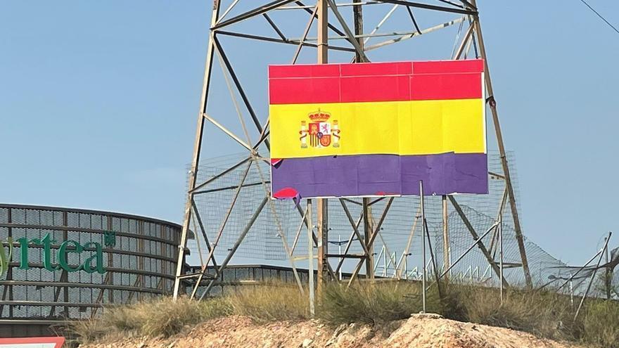Colocan cartulinas moradas sobre la bandera de España de Espinardo