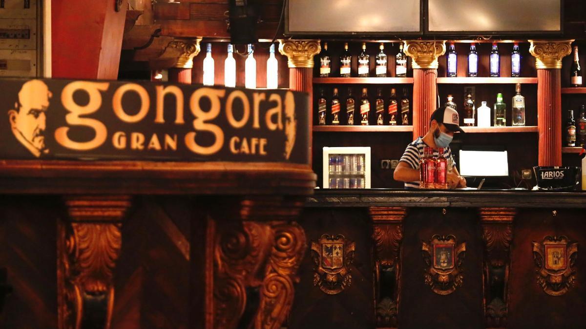 Personal del Góngora Gran Café ultimando detalles para su apertura mañana jueves