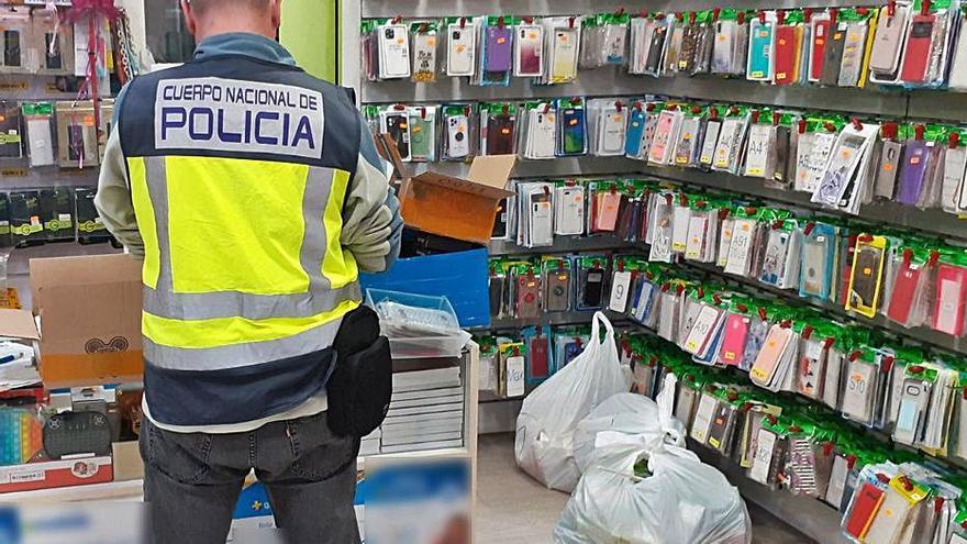 Cinco comerciantes detenidos con efectos de telefonía falsos