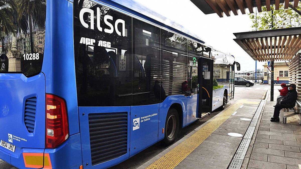 Un bus en Entrejardines y, al fondo, la zona portuaria donde el Concello propone la nueva parada. |   // V. ECHAVE