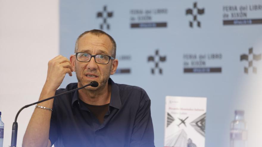 Jara Cosculluela renuncia a ser diputada de Podemos y cede el puesto al escritor Menéndez Salmón