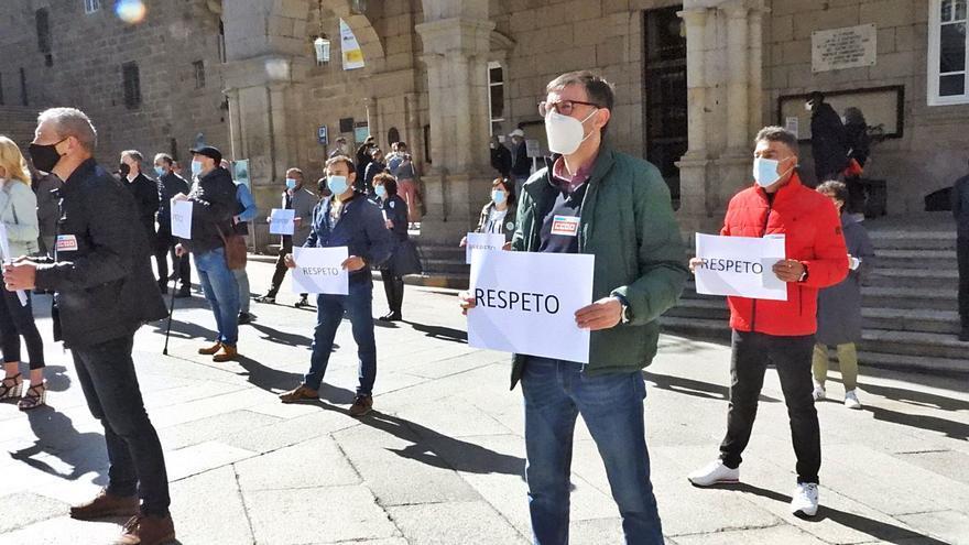"""Jácome cuestionado: los funcionarios le exigen """"respeto"""" y los  construtores, un PXOM"""