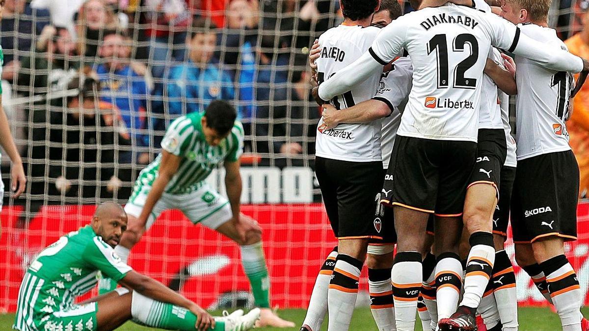 El Valencia CF celebra un gol ante el Betis en el último partido con público en Mestalla.  | EFE/KAI FÖRSTERLING