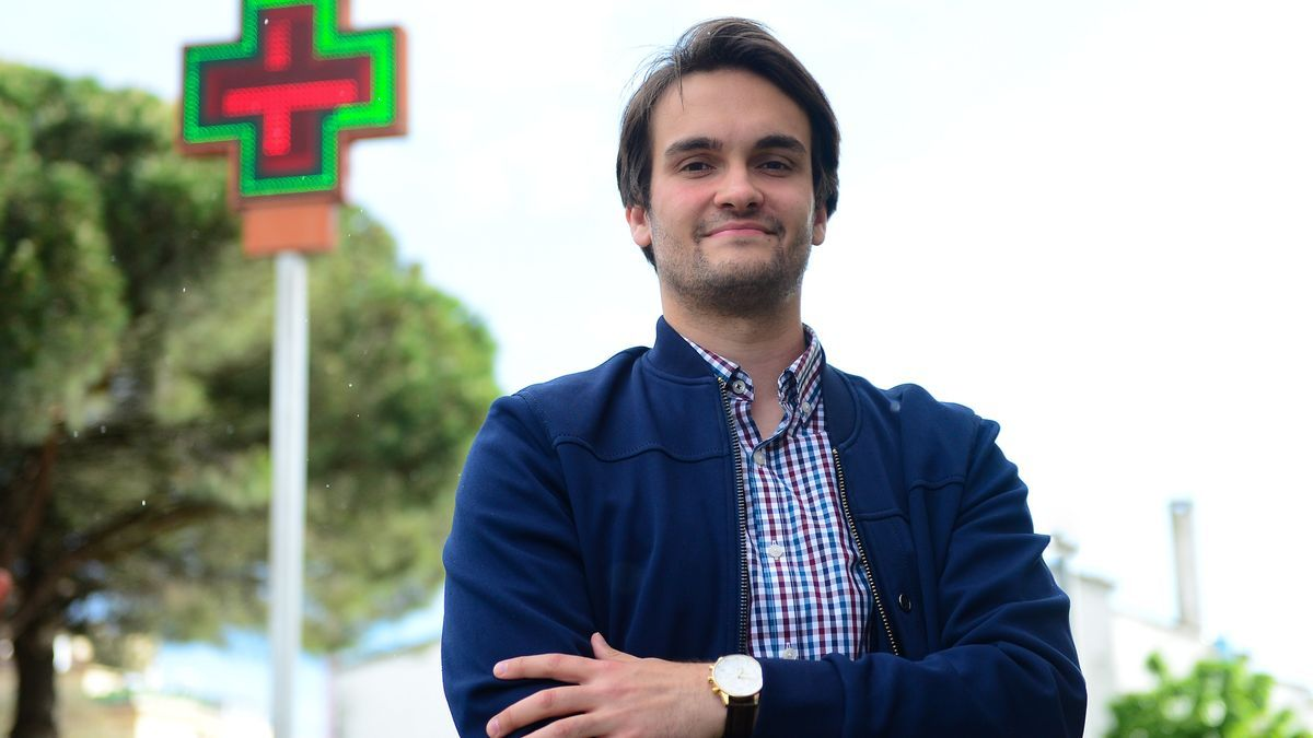 Adrián López, ante una farmacia de Plasencia.