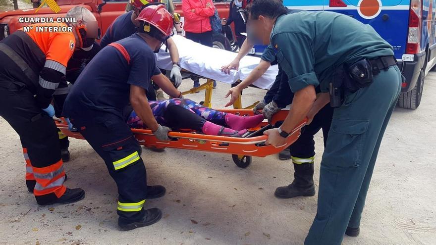 La Guardia Civil y los bomberos de Lucena rescatan a una senderista accidentada en Cabra