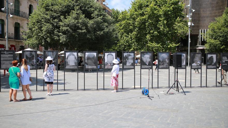 Aplausos e insultos para los 'Presos políticos' de Santiago Sierra
