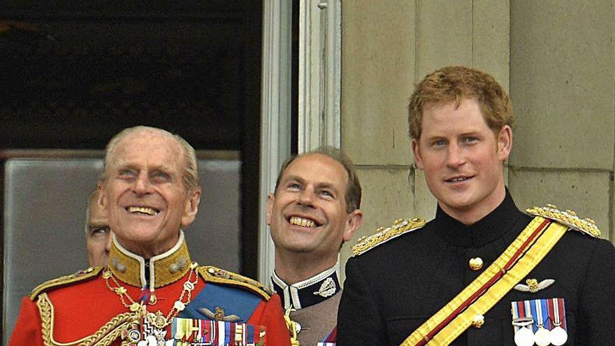 Isabel II 'veta' los uniformes en el funeral de Felipe de Edimburgo