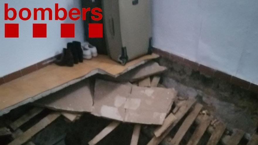 Una dona resulta ferida a Lloret en esfondrar-se el terra de l'habitació on dormia i caure al pis de sota