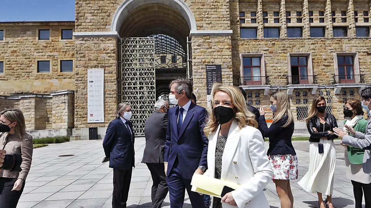 En primer término, Teresa Mallada, y tras ella, Antonio González Terol, ayer, en Gijón.   Marcos León