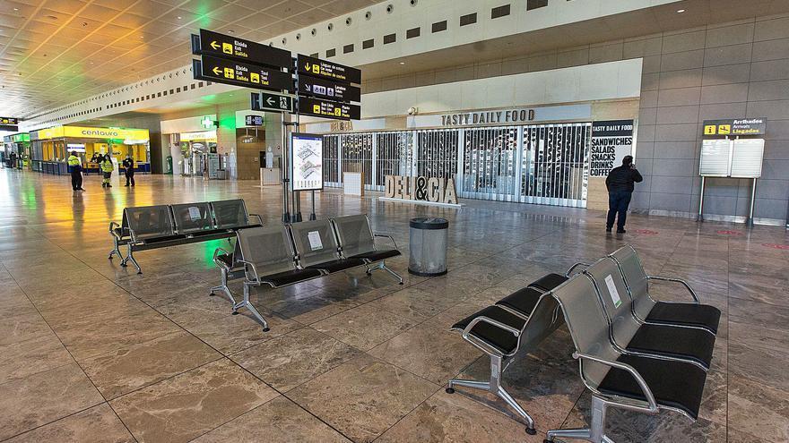 Aena pierde 40 millones en diez meses por la falta de pasajeros en la zona comercial del aeropuerto de Alicante-Elche