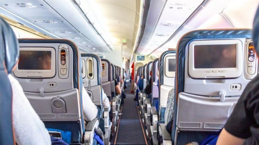 Una mujer de 30 años muere por coronavirus a bordo de un avión