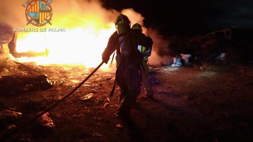 Un incendio calcina tres coches abandonados en Son Banya