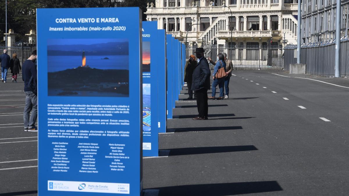 Viandantes en el muelle de trasatlánticos de A Coruña.
