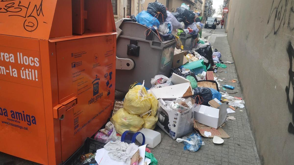 Brossa acumulada al carrer del Nord de Figueres.